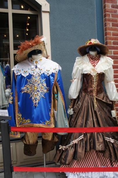 Canada Ontario Photos :: Blue Mountain :: Victorian Costumes in front of shop Blue Mountain