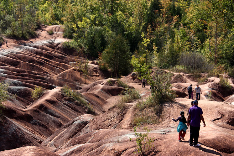 Canada Ontario Photos :: Caledon - Cheltenham Badlands :: Caledon Badlands have many visitors on a weekend