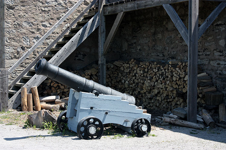 Canada Ontario Photos :: Fort Erie :: Fort Erie - a cannon on a wooden cart