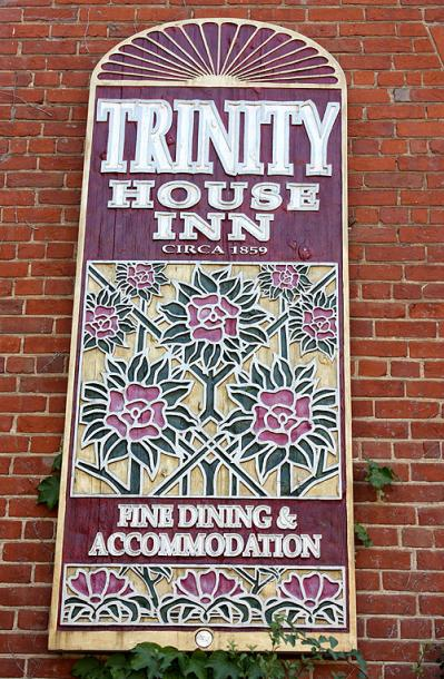 Canada Ontario Photos :: Gananoque :: Gananoque. Trinity House Inn sign