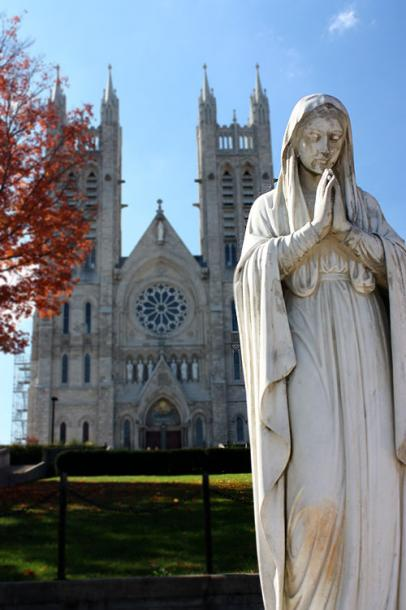 World Travel Photos :: Feel good photos :: Ontario. Guelph. A statue in front of the Church of Our Lady Immaculate