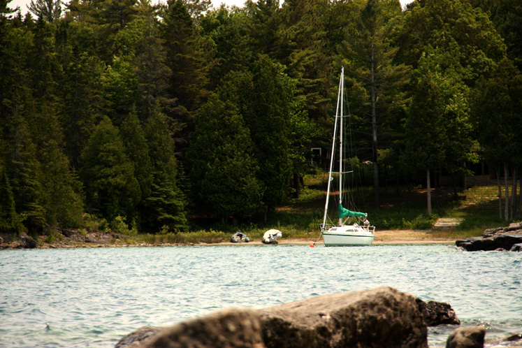 Canada Ontario Photos :: Misc :: A small yacht at the Lake Huron