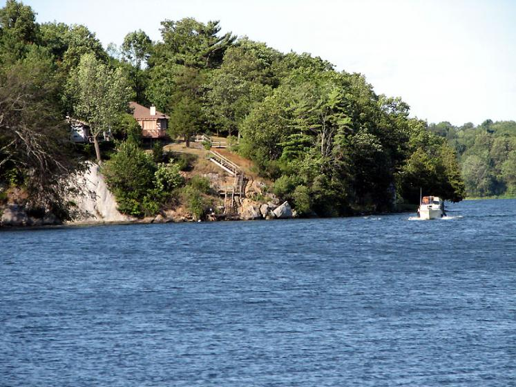 Canada Ontario Photos :: Cranberry Lake :: Ontario. Cranberry Lake. Cottage on the Hill