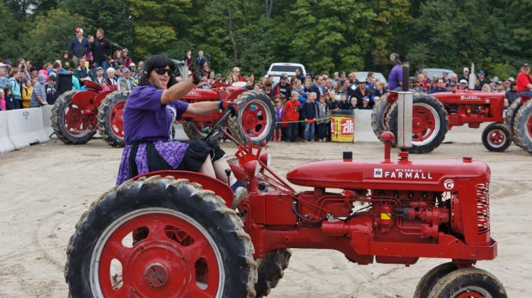 Canada Ontario Photos :: Misc :: Dancing Tractors International Ploughing Match in Roseville