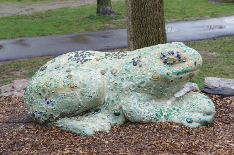 Canada Ontario Photos :: Misc :: Marble Frog in Lions Park, Paris