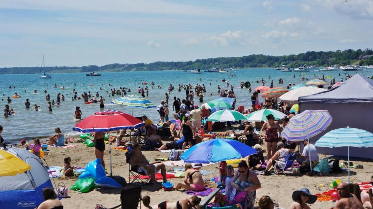 Canada Ontario Photos :: Misc :: Port Dover beach on a hot day