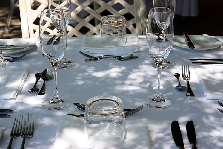 World Travel Photos :: Colors - Blanc :: Niagara-on the-Lake. A table at the restaurant of the Peller Estates winery