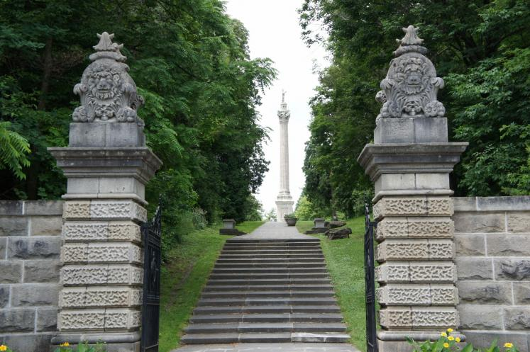 Canada Ontario Photos :: Niagara Falls :: Entrance to Queenston Heights Park with Brock Monument in background