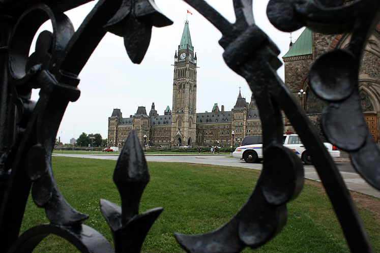 Canada Ontario Photos :: Parliament Hill :: Ottawa. Parliament building through the fence