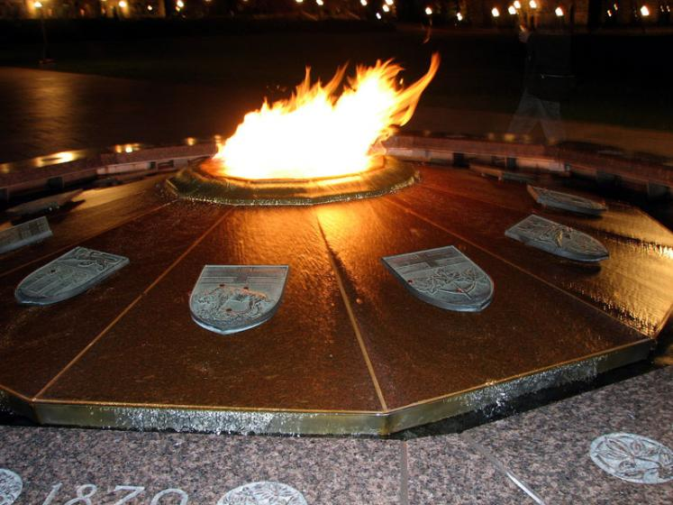Canada Ontario Photos :: Landmarks :: Ottawa - a memorial fire on Parliament Hill