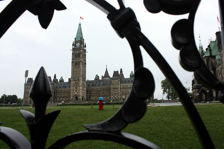 Canada Ontario Photos :: Ottawa :: Ottawa. Parliament building - through the fence