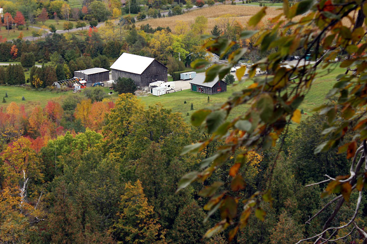 Canada Ontario Photos :: Rattlesnake Point :: Rattlesnake Point - a view on farm buildings