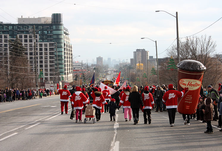 Canada Ontario Photos :: Richmond Hill :: Richmond Hill. Santa Claus parade 2012 - a giant Tim Horton´s cup