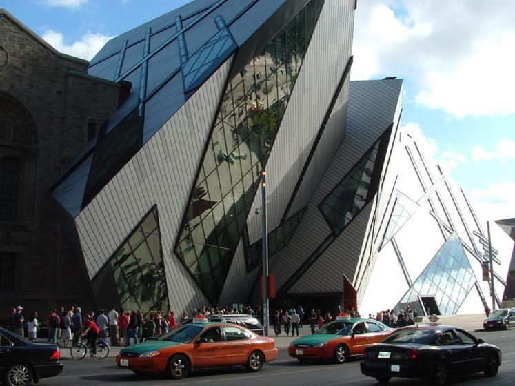 World Travel Photos :: Interesting unusual buildings :: Toronto. Royal Ontario Museum - a line up to